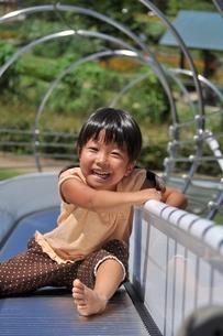 滑り台で遊ぶ女の子の写真素材 [FYI02921969]