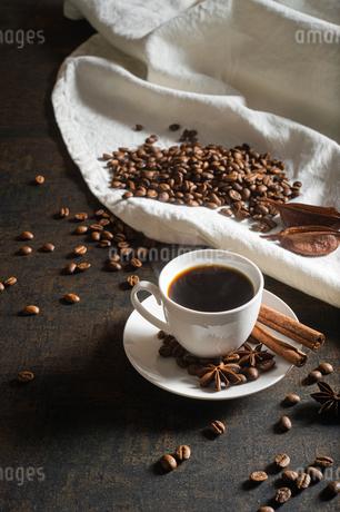 湯気立つコーヒーとコーヒー豆の写真素材 [FYI02921970]