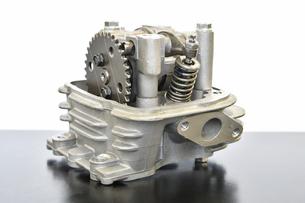 バイクエンジンの修理の写真素材 [FYI02922052]