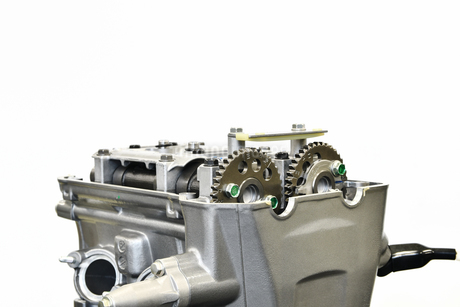 バイクエンジンの修理の写真素材 [FYI02922054]