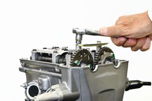 バイクエンジンの修理の写真素材 [FYI02922056]