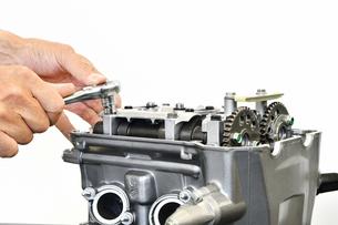 バイクエンジンの修理の写真素材 [FYI02922058]