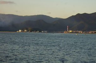 夕暮れの舞鶴の町並み(舞鶴港)の写真素材 [FYI02922072]
