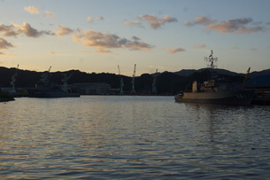 夕暮れの舞鶴の町並み(舞鶴港)の写真素材 [FYI02922087]