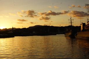 夕暮れの舞鶴の町並み(舞鶴港)の写真素材 [FYI02922089]