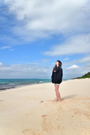 宮古島/ビーチでポートレート撮影の写真素材 [FYI02922187]