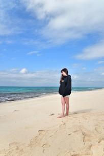 宮古島/ビーチでポートレート撮影の写真素材 [FYI02922188]