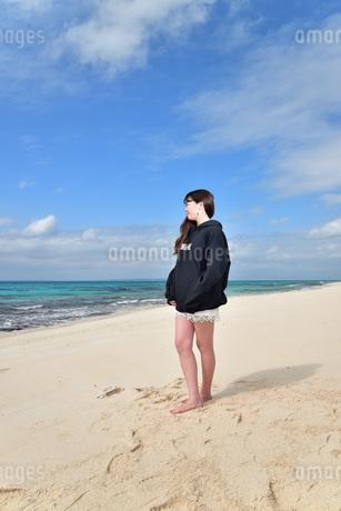 宮古島/ビーチでポートレート撮影の写真素材 [FYI02922194]