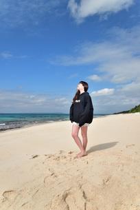 宮古島/ビーチでポートレート撮影の写真素材 [FYI02922199]