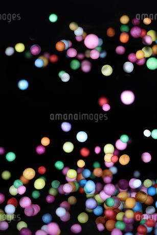 飛散る発泡スチロールのボールの写真素材 [FYI02922206]