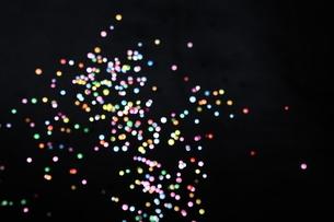 飛散る発泡スチロールのボールの写真素材 [FYI02922220]