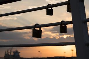 大阪南港のフェンスにかかった南京錠の写真素材 [FYI02922221]
