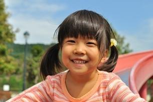滑り台で遊ぶ女の子の写真素材 [FYI02922308]