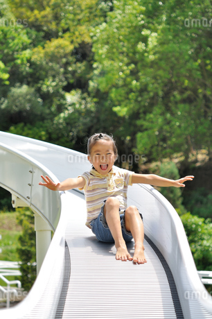 滑り台で遊ぶ女の子の写真素材 [FYI02922310]