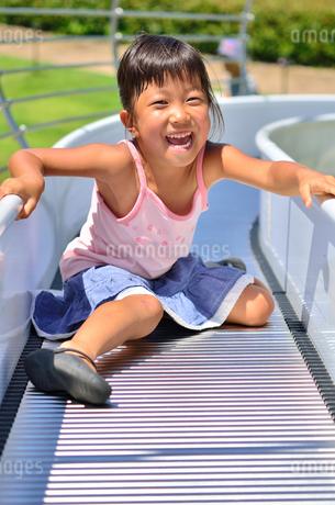 滑り台で遊ぶ女の子の写真素材 [FYI02922314]