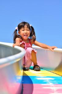 滑り台で遊ぶ女の子の写真素材 [FYI02922315]