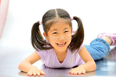 滑り台で遊ぶ女の子の写真素材 [FYI02922319]