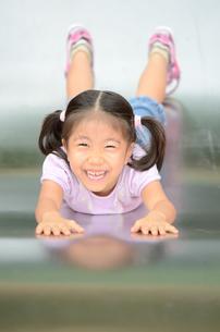 滑り台で遊ぶ女の子の写真素材 [FYI02922321]
