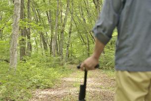 林の中で老人が杖を使ってリハビリの写真素材 [FYI02922385]