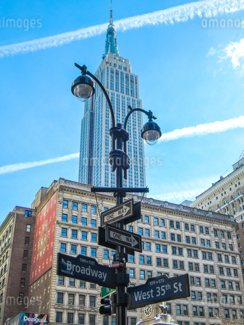 ニューヨーク、ブロードウェイの道路標識下からエンパイヤステートビルディングの写真素材 [FYI02922397]