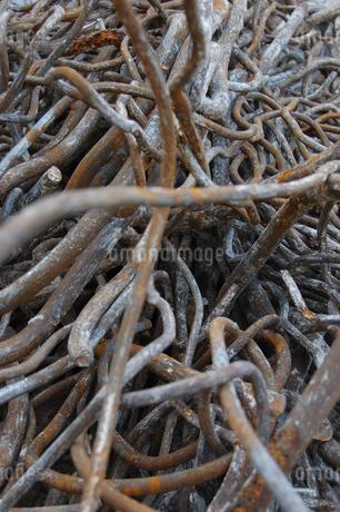 複雑にからみあった廃棄の鉄筋の写真素材 [FYI02922404]
