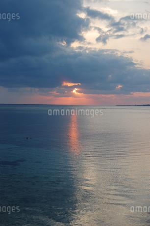 夕暮れの海にオレンジ色の光が差すの写真素材 [FYI02922405]