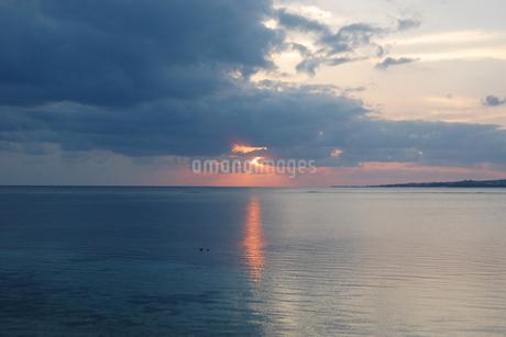夕暮れの海にオレンジ色の光が差すの写真素材 [FYI02922406]