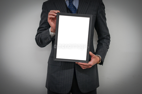 ホワイトボードを持つビジネスマンの写真素材 [FYI02922449]