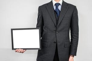 ホワイトボードを持つビジネスマンの写真素材 [FYI02922456]
