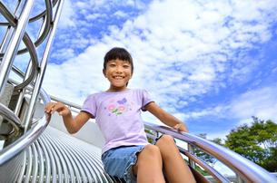 滑り台で遊ぶ女の子の写真素材 [FYI02922496]