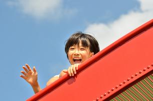 滑り台で遊ぶ女の子の写真素材 [FYI02922497]