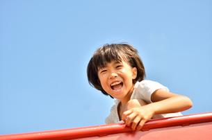 滑り台で遊ぶ女の子の写真素材 [FYI02922500]