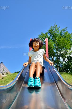 滑り台で遊ぶ女の子の写真素材 [FYI02922504]