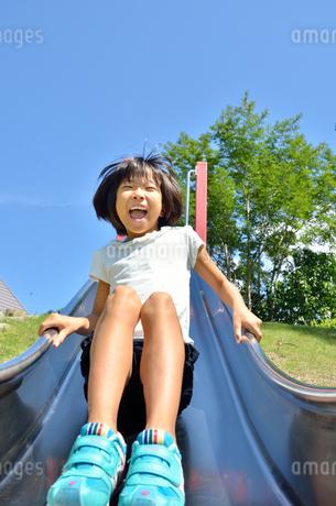 滑り台で遊ぶ女の子の写真素材 [FYI02922505]