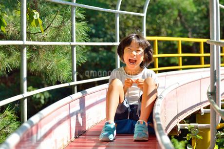 滑り台で遊ぶ女の子の写真素材 [FYI02922511]