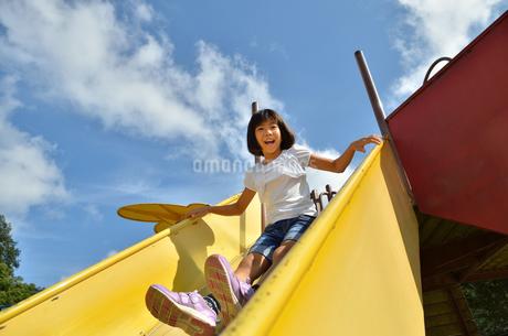 滑り台で遊ぶ女の子の写真素材 [FYI02922512]