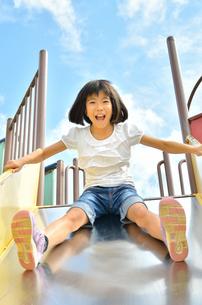 滑り台で遊ぶ女の子の写真素材 [FYI02922516]