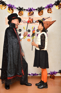 ハロウィンパーティーを楽しむ親子の写真素材 [FYI02922552]