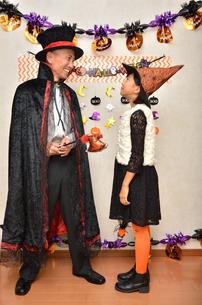 ハロウィンパーティーを楽しむ親子の写真素材 [FYI02922553]