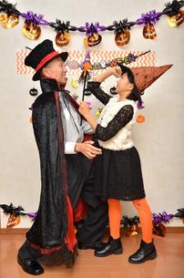 ハロウィンパーティーを楽しむ親子の写真素材 [FYI02922554]