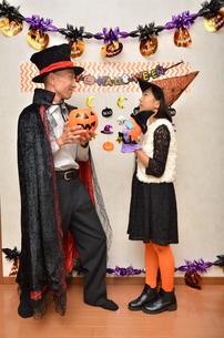 ハロウィンパーティーを楽しむ親子の写真素材 [FYI02922556]