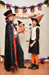 ハロウィンパーティーを楽しむ親子の写真素材 [FYI02922557]