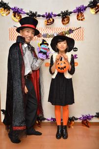 ハロウィンパーティーを楽しむ親子の写真素材 [FYI02922558]