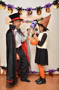 ハロウィンパーティーを楽しむ親子の写真素材 [FYI02922559]