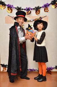 ハロウィンパーティーを楽しむ親子の写真素材 [FYI02922560]