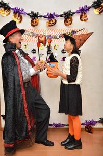 ハロウィンパーティーを楽しむ親子の写真素材 [FYI02922561]