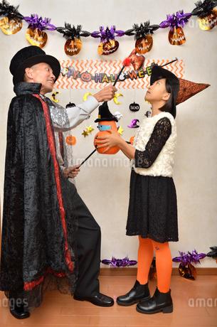 ハロウィンパーティーを楽しむ親子の写真素材 [FYI02922562]