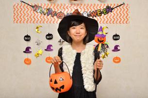 ハロウィンパーティーを楽しむ女の子の写真素材 [FYI02922587]