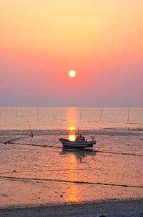 漁船と夕日の写真素材 [FYI02922612]