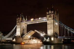 タワーブリッジの夜景の写真素材 [FYI02922850]